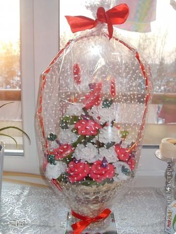 Любимой маме мужа на юбилей - 55 роз с шоколадными конфетами  фото 3