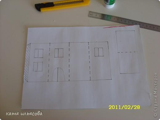 город Тысячи Радуг)) Чтобы сделать три домика,  две башни и мост , нам потребовалось: акварель, 4 альбомных листа, клей- карандаш, канцелярский нож,линейка, простой карандаш и ножницы. фото 3