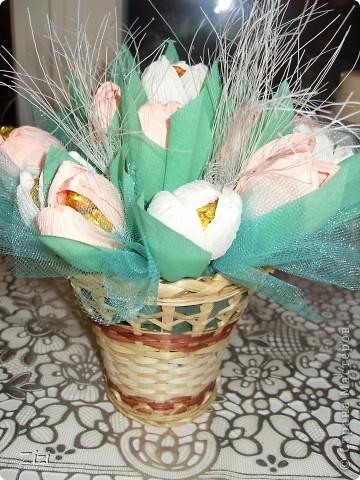 Любимой маме мужа на юбилей - 55 роз с шоколадными конфетами  фото 14