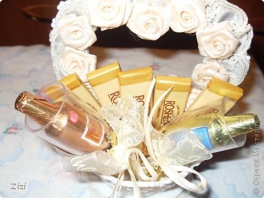 Любимой маме мужа на юбилей - 55 роз с шоколадными конфетами  фото 9