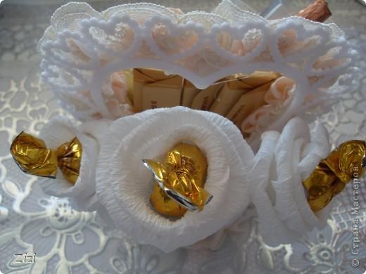 Любимой маме мужа на юбилей - 55 роз с шоколадными конфетами  фото 10