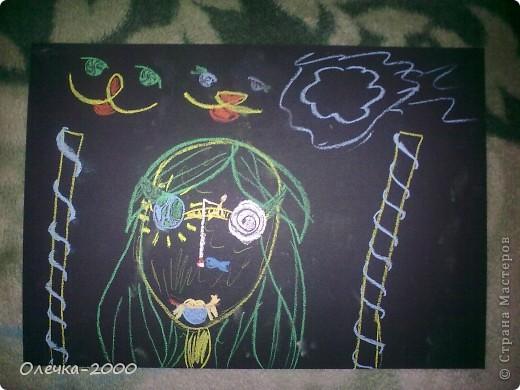 На этом рисунке изображена художница. Она рисует пейзаж. фото 2