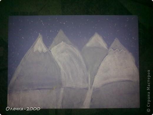 На этом рисунке изображена художница. Она рисует пейзаж. фото 3
