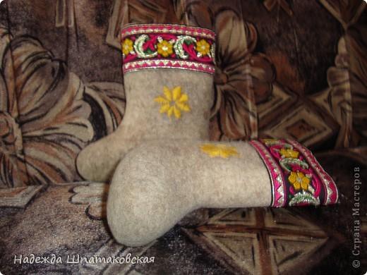 Для декора валенков использовалась купленная в магазине красивая лента (или тесьма, не знаю как правильно) и нитки мулине фото 2