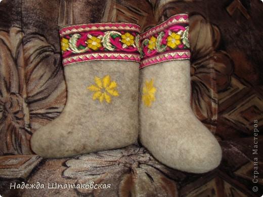 Для декора валенков использовалась купленная в магазине красивая лента (или тесьма, не знаю как правильно) и нитки мулине фото 1