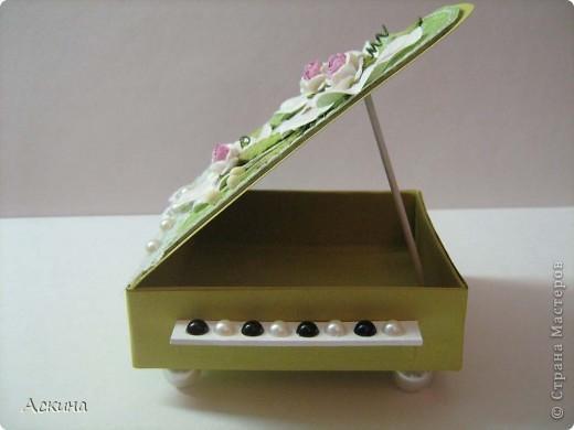 Идею шкатулки-рояли я видела в интернете и просто загорелась сделать что-то подобное свои родным на восьмое марта. В основе шкатулки -коробочка из картона 9 см на 9 см. Крышку нарисовала от руки.   фото 9