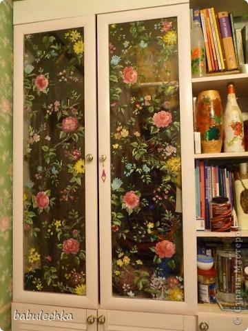 Вот такие  шкафы нежнорозового цвета украшают стенку моей комнаты. Первым  шкафом  был построен двухстворчатый. А когда мне пришла мысль в голову отодвинуть кровать от стены ,тогда и родился проект  другого трехсворчатого шкафа с расписными дверцами. фото 7