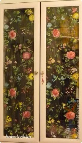 Вот такие  шкафы нежнорозового цвета украшают стенку моей комнаты. Первым  шкафом  был построен двухстворчатый. А когда мне пришла мысль в голову отодвинуть кровать от стены ,тогда и родился проект  другого трехсворчатого шкафа с расписными дверцами. фото 8