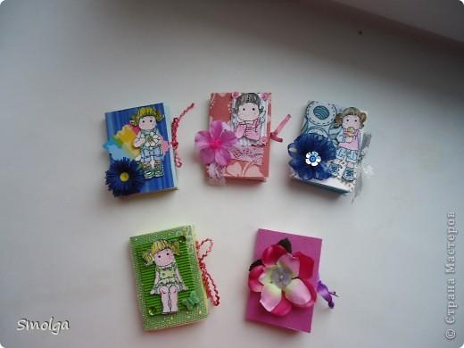 Увидев в СМ мини-блокнотики Тинсанны и Аскины очень захотелось сделать подобное. Конечно они не такие красивые как у них, но мы с дочкой старались.Подарим на 8 марта подружкам в школе.  фото 1