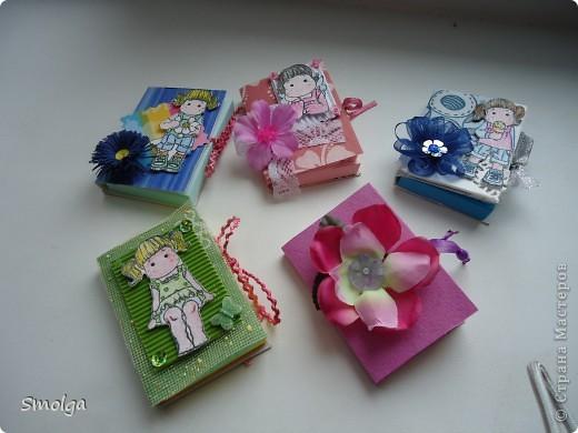 Увидев в СМ мини-блокнотики Тинсанны и Аскины очень захотелось сделать подобное. Конечно они не такие красивые как у них, но мы с дочкой старались.Подарим на 8 марта подружкам в школе.  фото 2