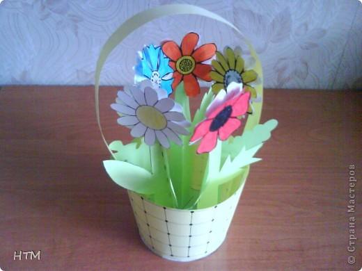 Корзинка и цветы сделаны из бумаги.  Поделка для младших школьников. фото 1