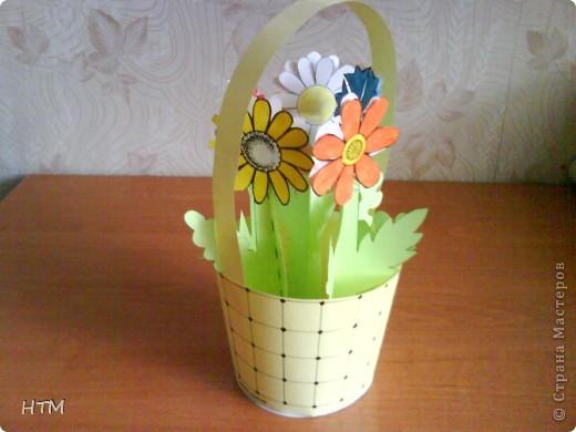 Корзинка и цветы сделаны из бумаги.  Поделка для младших школьников. фото 15