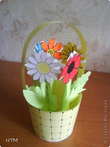 Корзинка и цветы сделаны из бумаги.  Поделка для младших школьников. фото 16