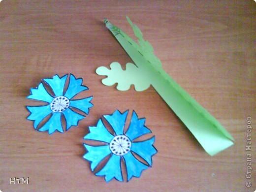 Корзинка и цветы сделаны из бумаги.  Поделка для младших школьников. фото 8