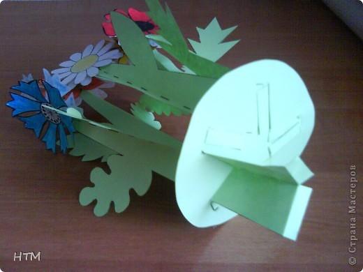 Корзинка и цветы сделаны из бумаги.  Поделка для младших школьников. фото 11