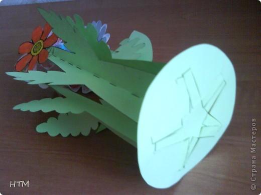 Корзинка и цветы сделаны из бумаги.  Поделка для младших школьников. фото 12