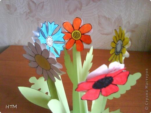 Корзинка и цветы сделаны из бумаги.  Поделка для младших школьников. фото 10