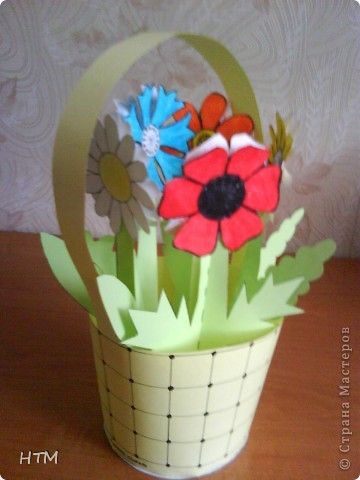 Корзинка и цветы сделаны из бумаги.  Поделка для младших школьников. фото 13
