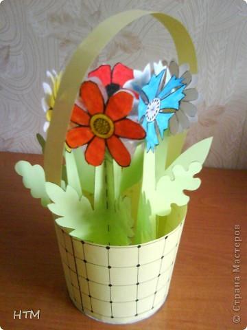 Корзинка и цветы сделаны из бумаги.  Поделка для младших школьников. фото 14