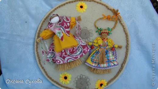 Панно сделано к Масленице. На нём Домашняя Масленица и Коза. Куклы сделаны из лыковой мочалки. фото 1