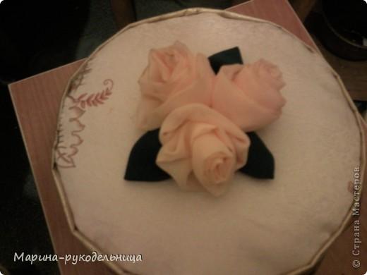 Ну не смогла я пройти мимо МК Танюшки-рукодельницы!!! Так мне эти розы чудесные понравились!!! Остался у меня кусочек ткани от тюли, я сразу решила попробовать смастерить их! Листья, правда, сделала из плотной ткани, но получилось не плохо!  фото 2