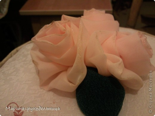 Ну не смогла я пройти мимо МК Танюшки-рукодельницы!!! Так мне эти розы чудесные понравились!!! Остался у меня кусочек ткани от тюли, я сразу решила попробовать смастерить их! Листья, правда, сделала из плотной ткани, но получилось не плохо!  фото 3