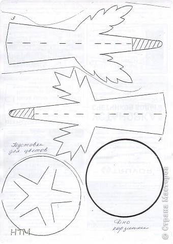 Корзинка и цветы сделаны из бумаги.  Поделка для младших школьников. фото 4