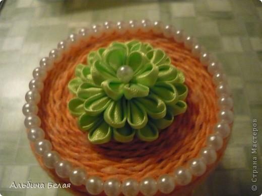 Вот такую шкатулку сделала в подарок на 8 марта. Материалы: небольшая жестяная банка из под кофе, нитки для вязания, атласная лента, бусины. Цветок на крышке сделан  в моей любимой технике Цумами Канзаши. фото 4
