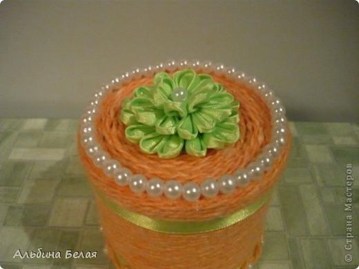 Вот такую шкатулку сделала в подарок на 8 марта. Материалы: небольшая жестяная банка из под кофе, нитки для вязания, атласная лента, бусины. Цветок на крышке сделан  в моей любимой технике Цумами Канзаши. фото 3
