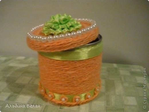Вот такую шкатулку сделала в подарок на 8 марта. Материалы: небольшая жестяная банка из под кофе, нитки для вязания, атласная лента, бусины. Цветок на крышке сделан  в моей любимой технике Цумами Канзаши. фото 1