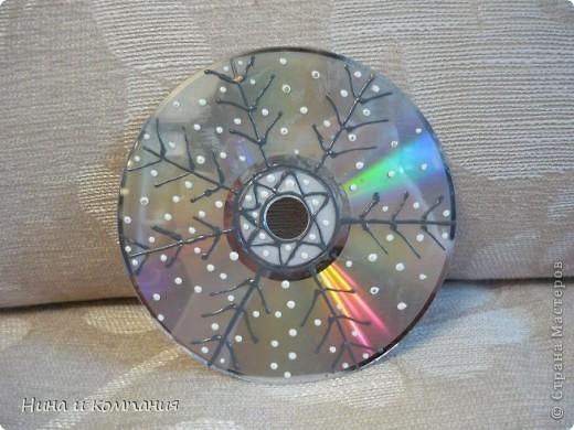Готовили мои дети поделки к Новому году и я решила от них не отставать. Дети расписывали диски витражными красками , а я захотела попробовать изонить на дисках. Получилась у меня такая елочка и  фото 3