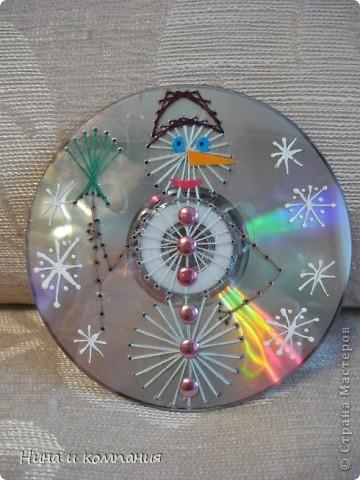 Готовили мои дети поделки к Новому году и я решила от них не отставать. Дети расписывали диски витражными красками , а я захотела попробовать изонить на дисках. Получилась у меня такая елочка и  фото 2