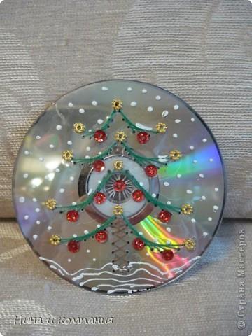 Готовили мои дети поделки к Новому году и я решила от них не отставать. Дети расписывали диски витражными красками , а я захотела попробовать изонить на дисках. Получилась у меня такая елочка и  фото 1