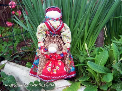 Ведучка - это образ женщины с ребёнком, недавно начавшим ходить. Она его поддерживает, учит, ведёт, выводит в  жизнь...  Особенность Ведучки – руки матери и ребёнка – одно целое. Ведучка - это тип деревянной куклы, характерный для сергиевской игрушки 19 века. Яркие расписные фигурки в кокошниках изображали кормилицу, ведущую перед собой младенца. фото 1