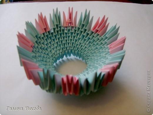 Для создания такой корзинки вам потребуется 662 модуля: 494 голубых (16 листов), 168 розовых (6 листов). фото 10