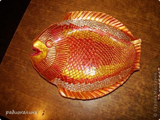 """После салатника """"Золотая рыбка""""  назрел заказ  к празднику мужчин и это первая рыбина из семейства салатниковых. Обратная роспись акриловыми красками. фото 3"""