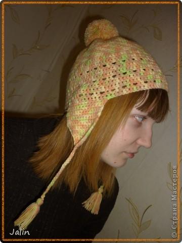 Вот такую яркую и оригинальную шапочку я связала для не менее яркой девушки )   Эта шапочка с кружевной кромкой и помпоном вяжется очень просто - круговыми рядами столбиками без накидов.  Для моей шапочки мне понадобилось 100 гр пряжи (меланжевая; 40% мохер, 60% акрил), крючок №2 (я вязала шапочку на весну) и хорошее настроение! :) Я немного отошла от схемы при вязке, провязала лишний раз мотив кромки шапочки, по желанию модели )  В схеме для достижения желаемого результата указана следующая плотность вязания: 12 рядов по 17 петель = 10×10 см, провязанные столбиками без накида крючком №4 или другого размера, но с указанной плотностью вязания.  Размеры: рассчитана на средний размер головы взрослого человека.     фото 1