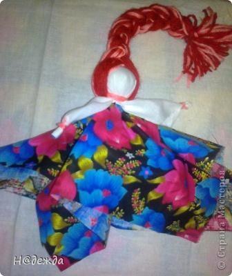 """Во уже вторую весну мы с дочей делает таких кукол на масленницу. Делаются такие куклы без иголки, обвязываются яркой ниткой (по возможности красной). Тетя у меня воспитатель она делала таких кукол на день матери. Нынче мы решили подарить их на 8 марта. Это кукла """"Веснянка"""" делается на масленницу ее коса обязалеьно из ярких нитей и поднята к солнцу. фото 1"""