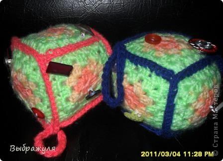 Увидела в  стране мастеров такие кубики вязаные крючком. До этого вязала старшей внучки плед остались квадраты. Решила из них для младшей сделать вот такие кубики.  фото 1