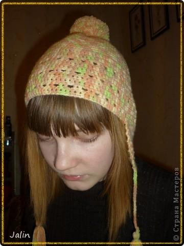 Вот такую яркую и оригинальную шапочку я связала для не менее яркой девушки )   Эта шапочка с кружевной кромкой и помпоном вяжется очень просто - круговыми рядами столбиками без накидов.  Для моей шапочки мне понадобилось 100 гр пряжи (меланжевая; 40% мохер, 60% акрил), крючок №2 (я вязала шапочку на весну) и хорошее настроение! :) Я немного отошла от схемы при вязке, провязала лишний раз мотив кромки шапочки, по желанию модели )  В схеме для достижения желаемого результата указана следующая плотность вязания: 12 рядов по 17 петель = 10×10 см, провязанные столбиками без накида крючком №4 или другого размера, но с указанной плотностью вязания.  Размеры: рассчитана на средний размер головы взрослого человека.     фото 2