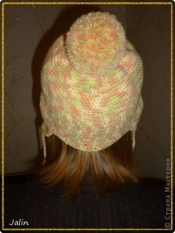 Вот такую яркую и оригинальную шапочку я связала для не менее яркой девушки )   Эта шапочка с кружевной кромкой и помпоном вяжется очень просто - круговыми рядами столбиками без накидов.  Для моей шапочки мне понадобилось 100 гр пряжи (меланжевая; 40% мохер, 60% акрил), крючок №2 (я вязала шапочку на весну) и хорошее настроение! :) Я немного отошла от схемы при вязке, провязала лишний раз мотив кромки шапочки, по желанию модели )  В схеме для достижения желаемого результата указана следующая плотность вязания: 12 рядов по 17 петель = 10×10 см, провязанные столбиками без накида крючком №4 или другого размера, но с указанной плотностью вязания.  Размеры: рассчитана на средний размер головы взрослого человека.     фото 3