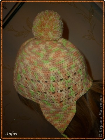 Вот такую яркую и оригинальную шапочку я связала для не менее яркой девушки )   Эта шапочка с кружевной кромкой и помпоном вяжется очень просто - круговыми рядами столбиками без накидов.  Для моей шапочки мне понадобилось 100 гр пряжи (меланжевая; 40% мохер, 60% акрил), крючок №2 (я вязала шапочку на весну) и хорошее настроение! :) Я немного отошла от схемы при вязке, провязала лишний раз мотив кромки шапочки, по желанию модели )  В схеме для достижения желаемого результата указана следующая плотность вязания: 12 рядов по 17 петель = 10×10 см, провязанные столбиками без накида крючком №4 или другого размера, но с указанной плотностью вязания.  Размеры: рассчитана на средний размер головы взрослого человека.     фото 5