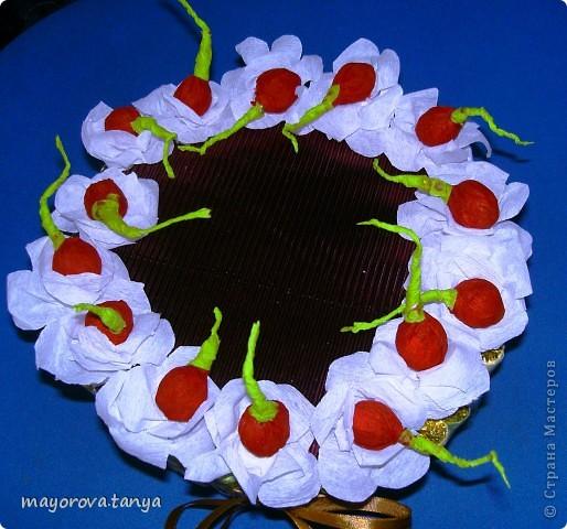 Сделали с сыном вот такой тортик из конфет в подарок классной руководительнице на 8 марта. За образец брали вот эту работу http://stranamasterov.ru/node/142578  фото 3