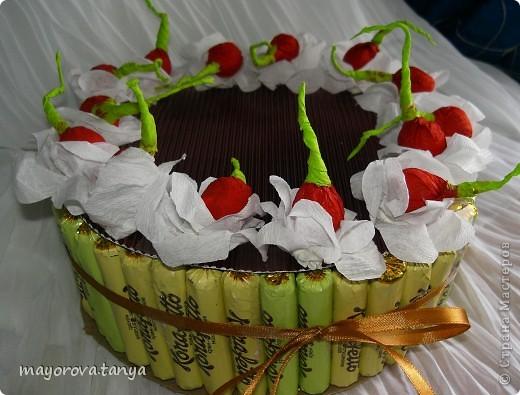 Сделали с сыном вот такой тортик из конфет в подарок классной руководительнице на 8 марта. За образец брали вот эту работу http://stranamasterov.ru/node/142578  фото 1