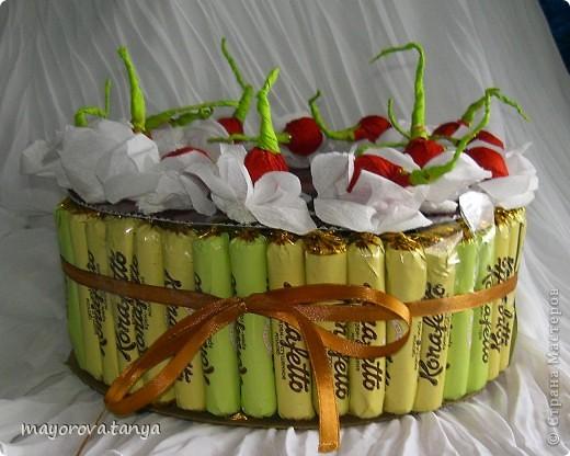 Сделали с сыном вот такой тортик из конфет в подарок классной руководительнице на 8 марта. За образец брали вот эту работу http://stranamasterov.ru/node/142578  фото 2