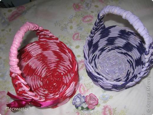 корзиночки почти близняшки только  расцветка разная. плетение обычное двумя трубочками разного цвета фото 2