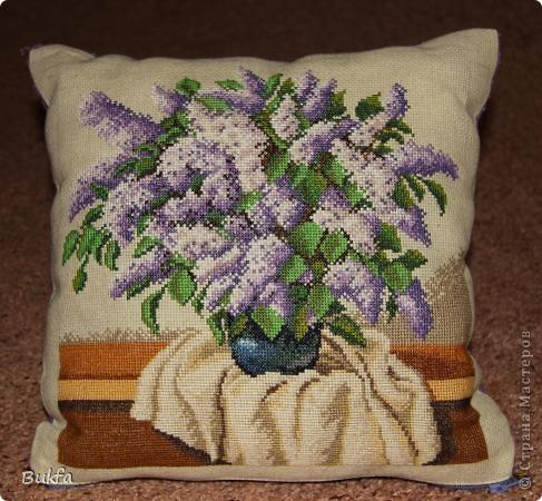 А вот и еще одну мою подушечку-думочку сфотографировали. Я вышила сирень для картины. А потом получилась подушечка для девочки. фото 2