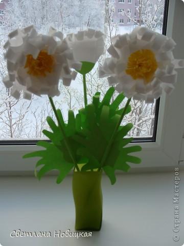 Вот такие объемные цветы придумала и смастерила из детских ладошек. Делаются очень быстро, а эффект потрясающий при минимальной затрате материалов. Правда, с детьми так и не успели попробовать, хотели к 8 марта сделать в подарок мамам.   фото 6