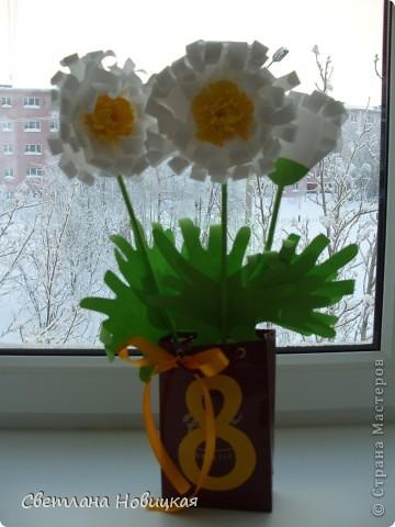 Вот такие объемные цветы придумала и смастерила из детских ладошек. Делаются очень быстро, а эффект потрясающий при минимальной затрате материалов. Правда, с детьми так и не успели попробовать, хотели к 8 марта сделать в подарок мамам.   фото 7