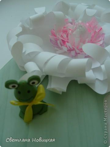 Вот такие объемные цветы придумала и смастерила из детских ладошек. Делаются очень быстро, а эффект потрясающий при минимальной затрате материалов. Правда, с детьми так и не успели попробовать, хотели к 8 марта сделать в подарок мамам.   фото 14